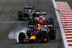 Daniel Ricciardo, Red Bull Racing RB12, arriva alla staccata con le ruote bloccate