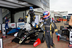 Le vainqueur Roy Nissany, Lotus, le deuxième Rene Binder, Lotus