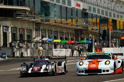 #1 Porsche Team Porsche 919 Hybrid: Timo Bernhard, Mark Webber, Brendon Hartley, #86 Gulf Racing Por
