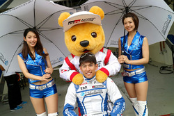 Yuichi Nakayama, KCMG, mit Gridgirls