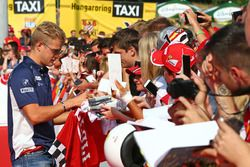 Marcus Ericsson, Sauber F1 Team, schreibt Autogramme