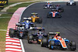 Esteban Ocon, Manor Racing MRT05 y Carlos Sainz Jr., Scuderia Toro Rosso STR11 y Fernando Alonso, Mc