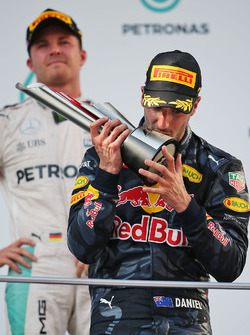 Sieger Daniel Ricciardo, Red Bull Racing feiert auf dem Podium