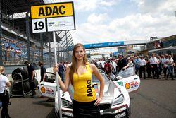 Gridgirl von #19 Schubert Motorsport, BMW M6 GT3: Claudia Hürtgen, Niklas Mackschin