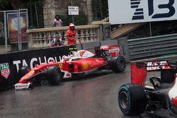 Kimi Raikkonen, Ferrari SF16-H sort trop large et casse son aileron avant