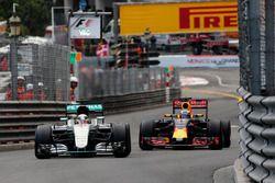 Lewis Hamilton, Mercedes AMG F1 W07 Hybrid dan Daniel Ricciardo, Red Bull Racing RB12 battle for pos