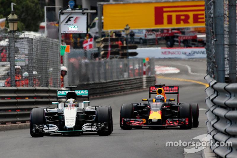 Lewis Hamilton, Mercedes AMG F1 W07 Hybrid y Daniel Ricciardo, Red Bull Racing RB12 luchan por la po