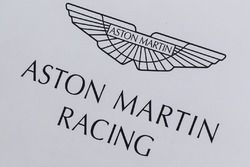 Aston Martin Racing paddock en logo