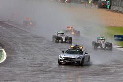Lewis Hamilton, Mercedes AMG F1 W07 Hybrid detrás del FIA Safety Car