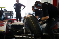 ART Grand Prix practice a pit stop