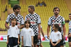 Carlos Sainz Jr., Scuderia Toro Rosso, Max Verstappen, Red Bull Racing, et Fernando Alonso, McLaren, lors d'un match de football caritatif