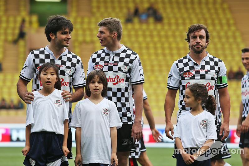 Carlos Sainz Jr., Scuderia Toro Rosso, Max Verstappen, Red Bull Racing y Fernando Alonso, McLaren en un partido de futbol de caridad