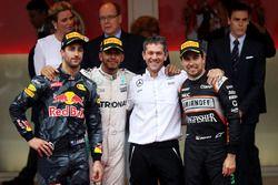 Lewis Hamilton, Mercedes AMG F1 merayakan win di podium bersama Daniel Ricciardo, Red Bull Racing da