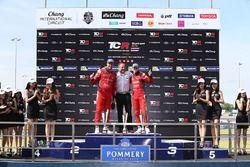 Podio: il vincitore Pepe Oriola, SEAT Leon, Team Craft-Bamboo LUKOIL, il secondo classificato James