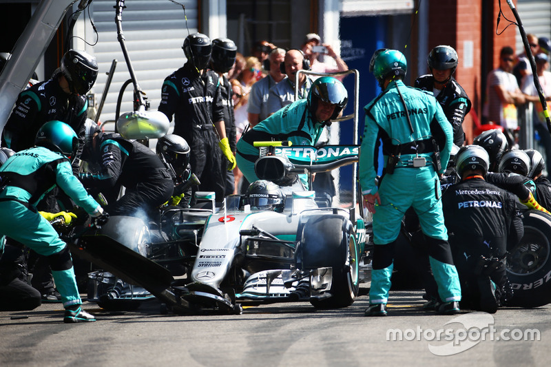Nico Rosberg, Mercedes AMG F1 W07 Hybrid makes a pit stop