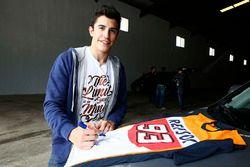 Marc Marquez, Repsol Honda Team, imza dağıtıyor