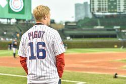 Spencer Pigot, Rahal Letterman Lanigan Racing Honda menonton Chicago Cubs bertanding
