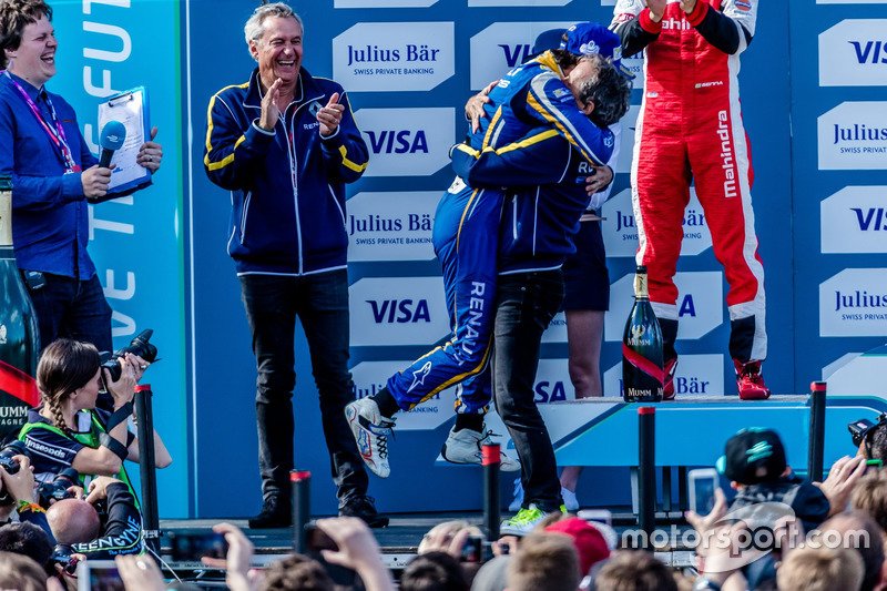 O belo abraço entre pai e filho, com Bruno Senna aplaudindo.