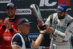Podium: Race winner Stefano Comini, Leopard Racing, Volkswagen Golf GTI TCR