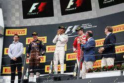 Le vainqueur Lewis Hamilton, Mercedes AMG F1 fête sa victoire sur le podium avec le deuxième, Max Verstappen, Red Bull Racing et le troisième, Kimi Räikkönen, Ferrari