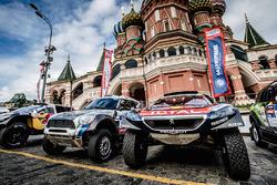 Les voitures prêtes pour la cérémonie de départ