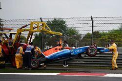 La Manor Racing MRT05 de Pascal Wehrlein, Manor Racing est évacuée de la piste après son crash en qualifications