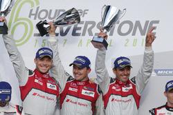 Racewinnaars Marcel Fassler, Andre Lotterer, Benoit Treluyer, #07 Audi Sport Team Joest Audi R18 vie