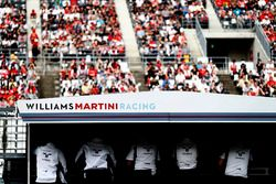 Il team Williams on the pit al muretto box