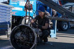 Mechanikerin bei der Arbeit