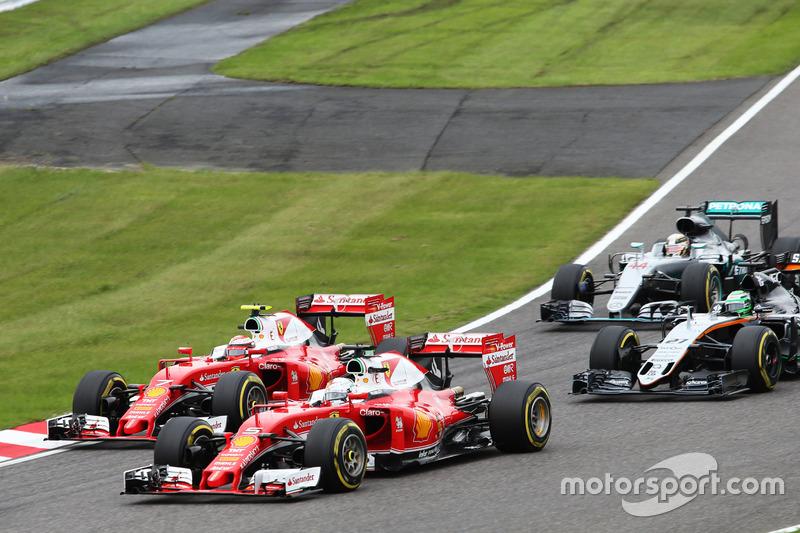 Sebastian Vettel, Ferrari SF16-H e il compagno di squadra Kimi Raikkonen, Ferrari SF16-H lottano per la posizione