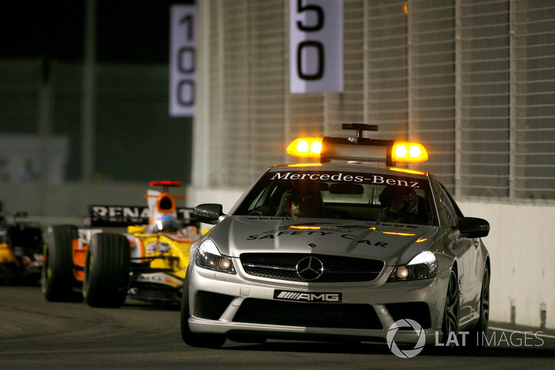 La voiture de sécurité devant Fernando Alonso, Renault F1 Team R28
