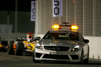 The safety car leads Fernando Alonso, Renault F1 Team R28