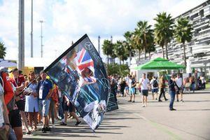 Un fan de Lewis Hamilton, Mercedes AMG F1 avec un drapeau