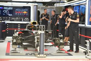 Red Bull Racing RB14 w garażu