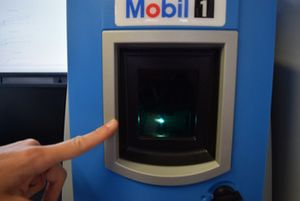 Macchinario Exxon-Mobil nel laboratorio mobile all'interno del box Red Bull