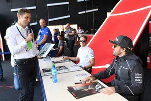 Stoffel Vandoorne, McLaren et Fernando Alonso, McLaren lors de la séance d'autographes
