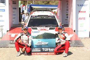 Yarış galibi Ott Tänak, Martin Järveoja, Toyota Gazoo Racing WRT, galibiyet ödülü olan yatın resmi ile