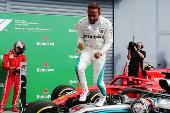 Winner Lewis Hamilton, Mercedes AMG F1 W09