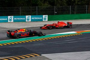 Sebastian Vettel, Ferrari SF71H spint na contact met Lewis Hamilton, Mercedes AMG F1 W09