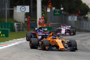 Fernando Alonso, McLaren MCL33, leads Pierre Gasly, Toro Rosso STR13, and Sergio Perez, Racing Point Force India VJM11