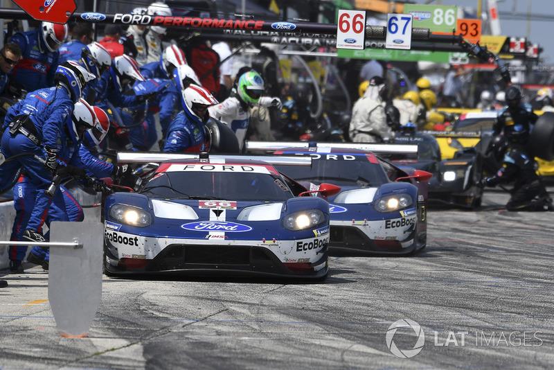 #66 Chip Ganassi Racing Ford GT, GTLM - Dirk Muller, Joey Hand, #67 Chip Ganassi Racing Ford GT, GTLM - Ryan Briscoe, Richard Westbrook pit stop.