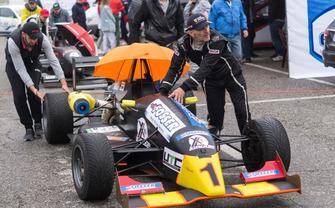 Олександр Левинський штовхає свою Dallara після дощового ворм-апа