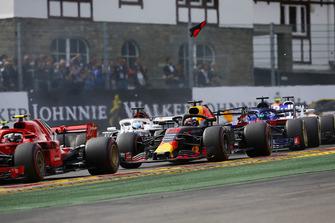 Kimi Raikkonen, Ferrari SF71H, Daniel Ricciardo, Red Bull Racing RB14, Marcus Ericsson, Sauber C37, et Brendon Hartley, Toro Rosso STR13, au milieu des débris