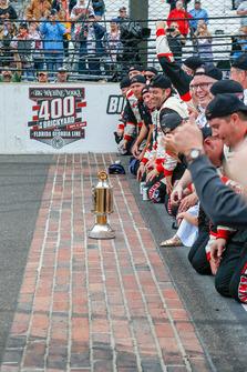 Brad Keselowski, Team Penske, Ford Fusion Discount Tire e il team Penske baciano i mattoni