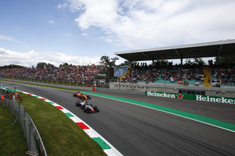 Kevin Magnussen, Haas F1 Team VF-18 and Fernando Alonso, McLaren MCL33
