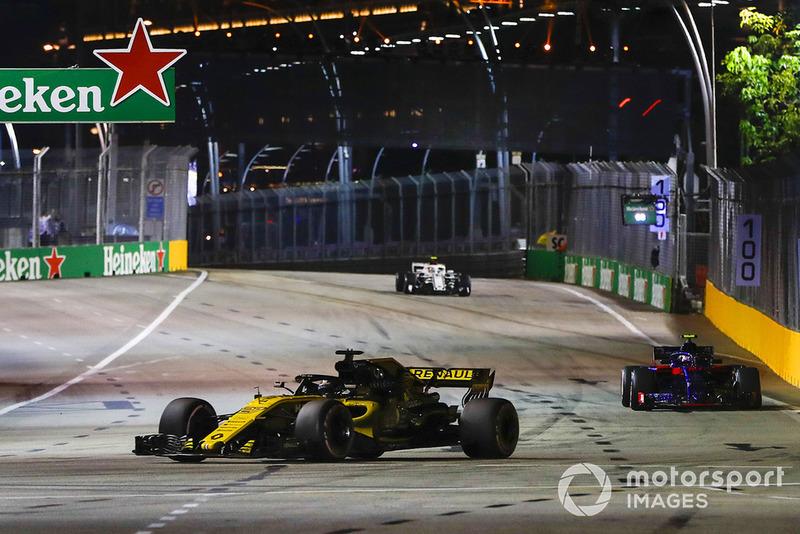 Nico Hülkenberg, Renault Sport F1 Team R.S. 18, za nim Pierre Gasly, Scuderia Toro Rosso STR13
