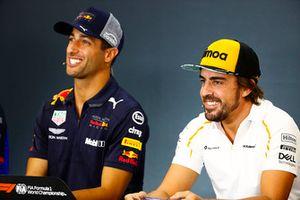 Daniel Ricciardo, Red Bull Racing, e Fernando Alonso, McLaren, nella conferenza stampa del giovedì