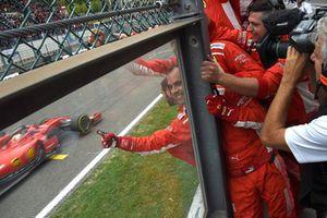 Sebastian Vettel, Ferrari SF71H, taglia il traguardo con i suoi meccanici che festeggiano