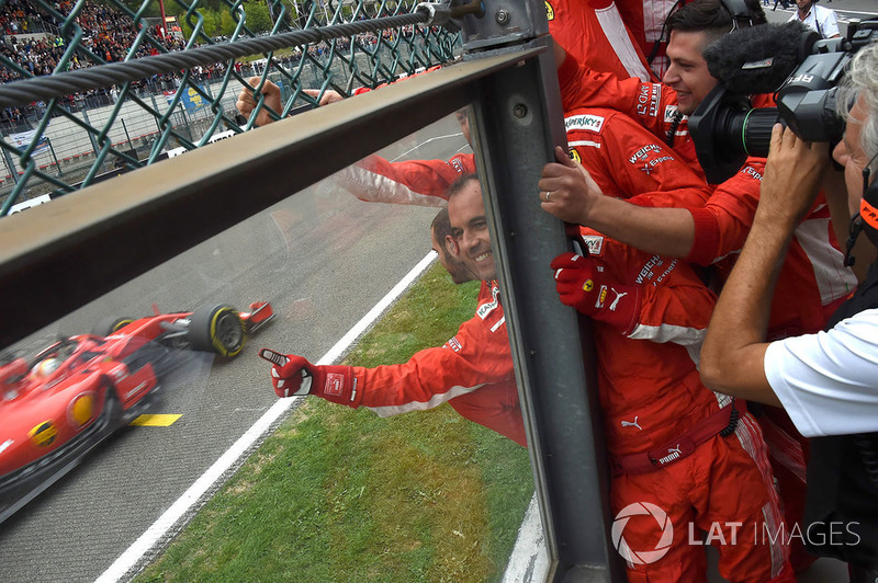 Sebastian Vettel, Ferrari SF71H przejeżdża metę, mechanicy świętują