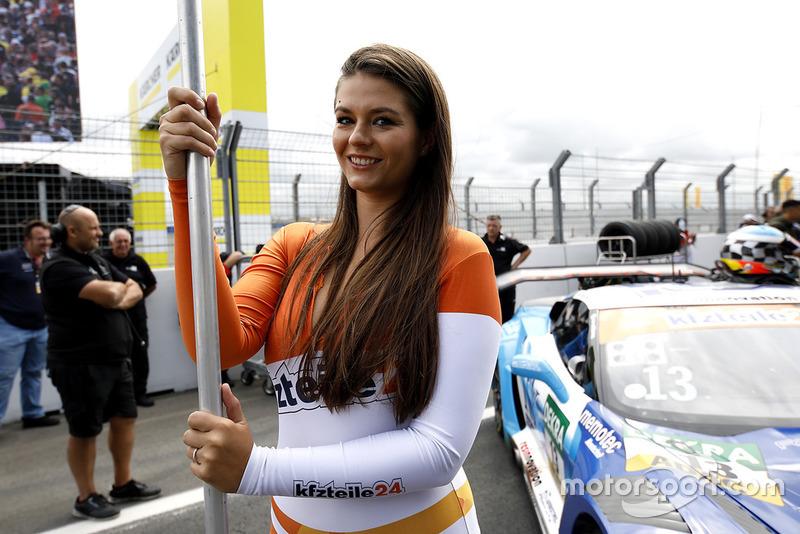 Chica de la parrilla de #13 RWT Racing Corvette C7 GT3-R: Sven Barth, Claudia Hürtgen